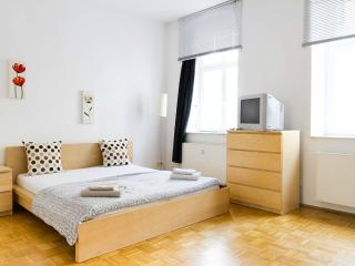 Charming Apartment Near Friedrichstraße - Berlin vacation rentals