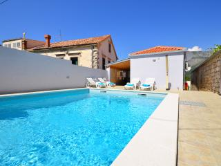 new, 3 bedroom apartment with pool for 8 people - Gruda vacation rentals