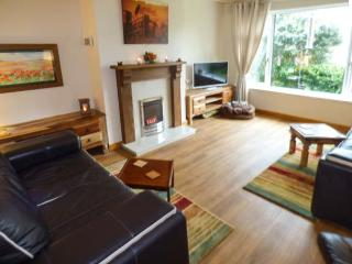 DUNLIN, semi-detached, hot tub, pet-friendly, beach 5 mins walk, in Burnham-On-Sea, Ref 929687 - Burnham-On-Sea vacation rentals