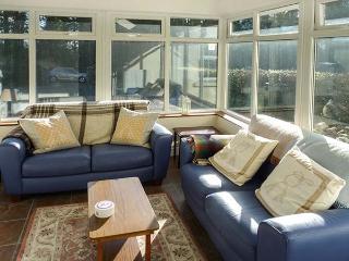 CURRADOON HOUSE, detached farmhouse, solid fuel stove, sun room, parking, garden, in Dungarvan, Ref 932008 - Woodstown vacation rentals