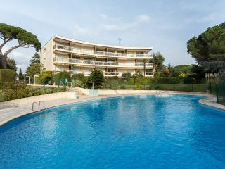 Luxury ground floor 2 bedroom apartment with pool - Cannes vacation rentals