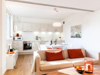 LIKED! DELUXE*SUITE*WEST END*BRIGHT*2bed2bath*LIFT - London vacation rentals