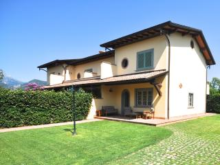 Comfortable Villa in Forte Dei Marmi with A/C, sleeps 9 - Forte Dei Marmi vacation rentals