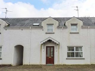 4 MAC NEAN COURT, lakeside cottage, woodburner, en-suite, lawned garden, on the shores of Lough Macnean, Blacklion, Ref 931995 - Barran vacation rentals
