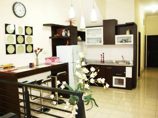 SPACIOUS DOWNTOWN, 5mnt to TUNJUNGAN PLAZA/TP (0.9 km) SURABAYA - Surabaya vacation rentals
