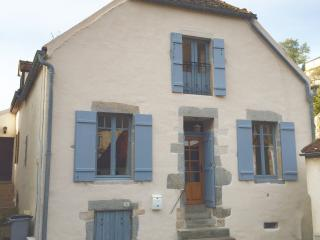 Riverside Retreat, Tower Views, Lg Garden Patio, Steps to Town Centre - Semur-en-Auxois vacation rentals