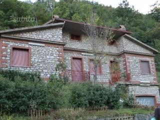 villa su due livelli indipendente con giardino - Cusano Mutri vacation rentals