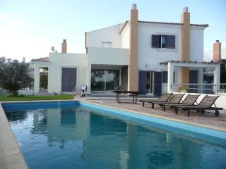 4 bedroom House with Television in Pera - Pera vacation rentals