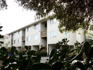 Bright 3 bedroom Caswell Beach Apartment with Deck - Caswell Beach vacation rentals