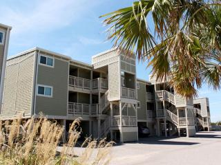 Cozy 3 bedroom Condo in Caswell Beach with Dishwasher - Caswell Beach vacation rentals