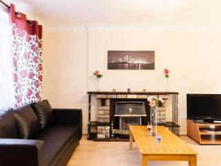 3 Bed House with Free parking 30min Central London - London vacation rentals