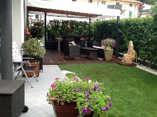 Bilocale giardino privato p terra 200 mt dal mare - Torre Pedrera vacation rentals