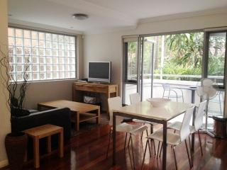 NB193 - 2BR, Back of the block. Nice and quiet - Neutral Bay vacation rentals