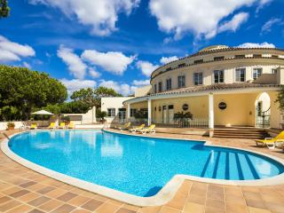 Nice Condo with Housekeeping Included and Balcony - Quinta do Lago vacation rentals