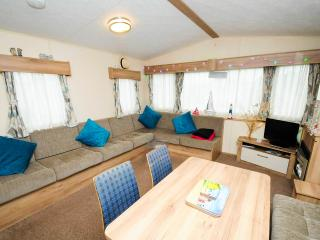 Lovely Caravan/mobile home with Deck and Internet Access - Highcliffe vacation rentals