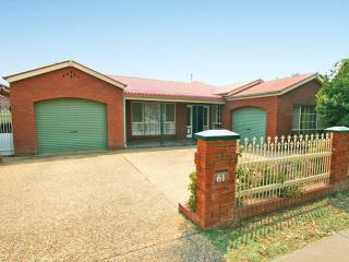 Nice House with Long Term Rentals Allowed (over 1 Month) and Television - Wagga Wagga vacation rentals