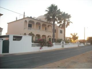 Villa Sonia, sea view, next to the beach and city. - Armação de Pêra vacation rentals