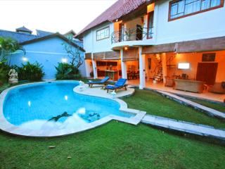 Villa Dolphin 2 Large Beds Seminyak Bali Indonesia - Seminyak vacation rentals