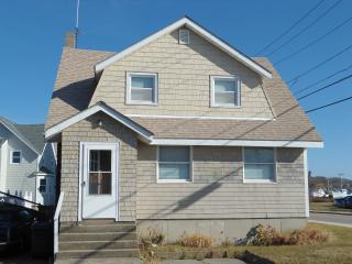 Waterfront Beach Cottage in Quaint Beach Town. - Hull vacation rentals