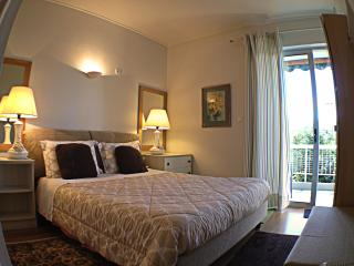 Comfy 1br apt waking distance to shops - Nea Erithraia vacation rentals