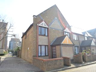 2 bed house with Garden + FREE Parking! - London vacation rentals