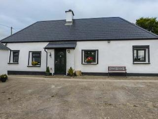 NELLIE'S COTTAGE, detached, electric stove, ample parking, lawned garden, Blackwater, Ref 915602 - Blackwater vacation rentals