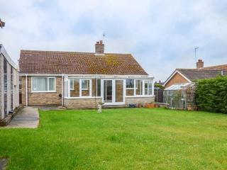 SKYLARK, detached single storey property, pet friendly, coastal village of Weybourne Ref 932951 - Weybourne vacation rentals