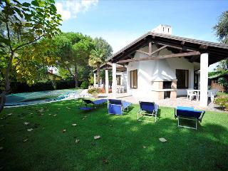 Bright 3 bedroom Isola Albarella Villa with A/C - Isola Albarella vacation rentals