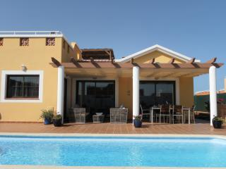 Bright 4 bedroom Caleta de Fuste Villa with Deck - Caleta de Fuste vacation rentals