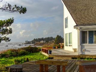 Oceanfront cottage with private hot tub - enjoy ocean from deck or living room! - Brookings vacation rentals