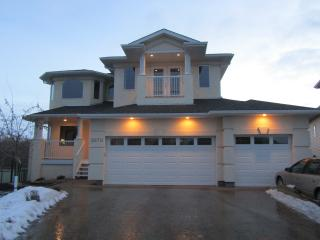 Executive House in Golf Course By West Edm. Mall - Edmonton vacation rentals