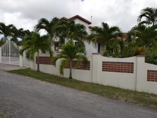 3 Bedroom Bungalow + 2 Bed House, sleeps 12, wi-fi - Warrens vacation rentals