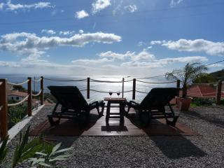 Casa Jean - Holzhaus mit traumhaftem Meerblick - Ponta Do Sol vacation rentals