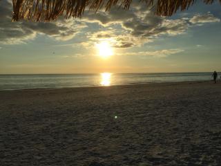 Beautiful 1,750 sq ft Vill, shore to shore on SK!! - Siesta Key vacation rentals