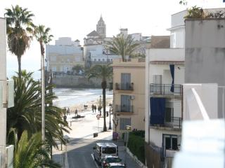 By the beach, 3 people, AC, Broad Band, sea views! - Sitges vacation rentals