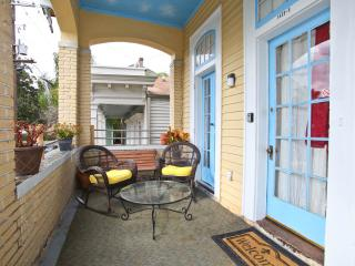 Quiet safe1 blk off St Charles & Streetcar - New Orleans vacation rentals