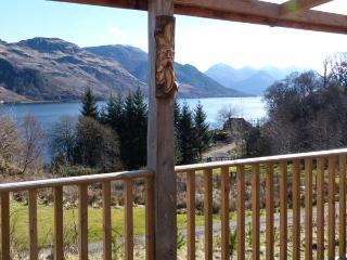 DRUIDAIG COTTAGE, woodburning stove, loch and mountain views, all ground floor, Dornie, Ref 934676 - Dornie vacation rentals