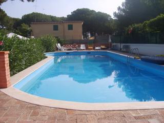 Appartamento in villa con piscina - Castelvolturno vacation rentals