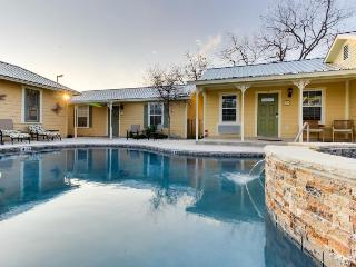 Sweet little cottage on Main Street, w/shared pool & hot tub - Fredericksburg vacation rentals
