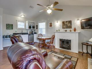 Stylish, modern cottage w/shared hot tub & pool - great location! - Fredericksburg vacation rentals