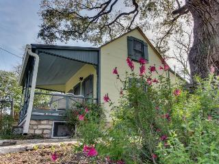 Charming historic cottage close to the heart of Fredericksburg - Luckenbach vacation rentals