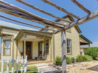 Cozy dog-friendly cottage - close to downtown's shops, dining, & wineries! - Fredericksburg vacation rentals