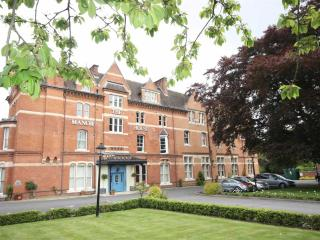Leamington Spa Luxury Apartment - Gated Grounds - Centrally Located - Quiet - Leamington Spa vacation rentals