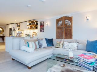 A gorgeous three-bedroom apartment overlooking the Thames. - London vacation rentals