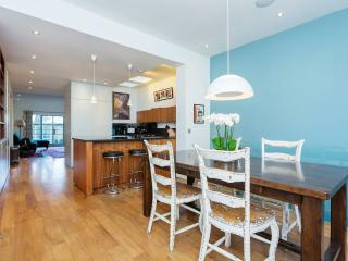 A spacious two-bedroom flat in the family neighbourhood of Highbury, Islington. - London vacation rentals