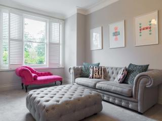 A bright three-bedroom apartment in peaceful Balham. - London vacation rentals