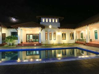 ELshape Holiday Home - Deluxe Queen Room - Kampong Masjid Tanah vacation rentals