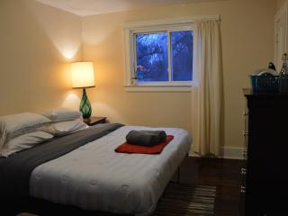 COZY KING ♥ LAST-MIN EASY SELF-CHECK-IN - Detroit vacation rentals