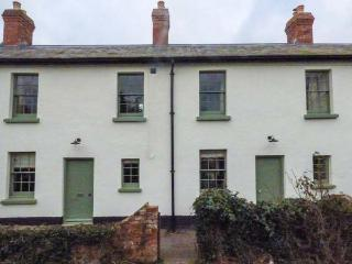 1-2 DRYBRIDGE TERRACE, woodburning stove, rear courtyard garden, in Monmouth, Ref 933656 - Monmouth vacation rentals