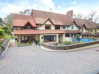 PILGRIMS, pet-friendly, short walk to beach, luxury property, Saundersfoot, Ref 934479 - Saundersfoot vacation rentals
